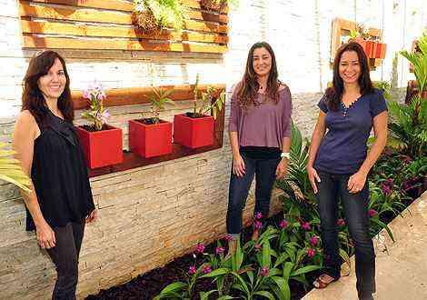 Juliana, Regina e Katia, da Trópica Paisagismo, dizem que é possível garantir a longevidade das orquídeas e até passá-las de geração para geração - Eduardo Almeida/RA Studio