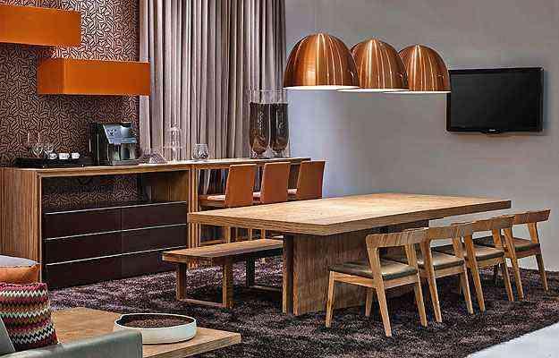 Propostas da Lider Interiores: cadeiras com encosto baixo fazem parceria com banco maior de madeira e banquetas altas  - Jomar Bragança/Divulgação