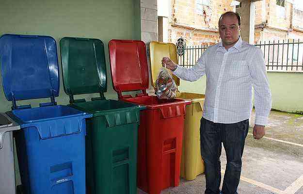 O síndico Athos Ruas diz que o condomínio faz a sua parte, mas o serviço da prefeitura não passa no Santa Tereza, na Região Leste da cidade - Edésio Ferreira/EM/D.A Press