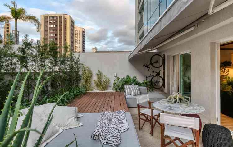 Na parte externa do apartamento EL, jardim, mesa e móveis de criação própria do arquiteto - Gustavo Xavier/Divulgação