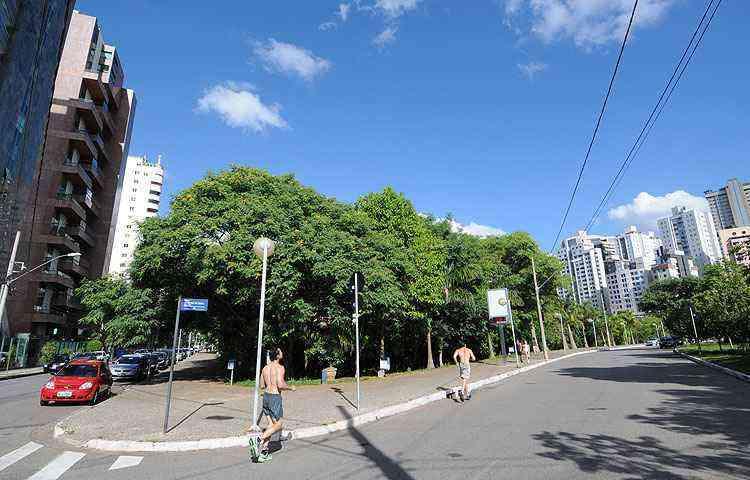 Por estar na região mais alta da cidade, o bairro tem clima mais ameno que o Centro. Praça Lagoa Seca é utilizada pelos moradores para a prática de esportes  - Gladyston Rodrigues/EM/D.A Press