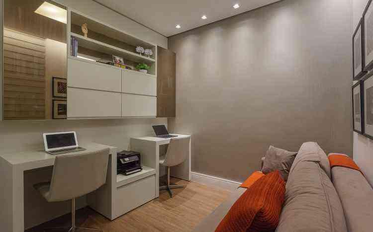 Nesse home office concebido pela designer de interiores Fabiana Visacro, o mobiliário é funcional e inteligente para facilitar a rotina dos moradores - Henrique Queiroga/Divulgação