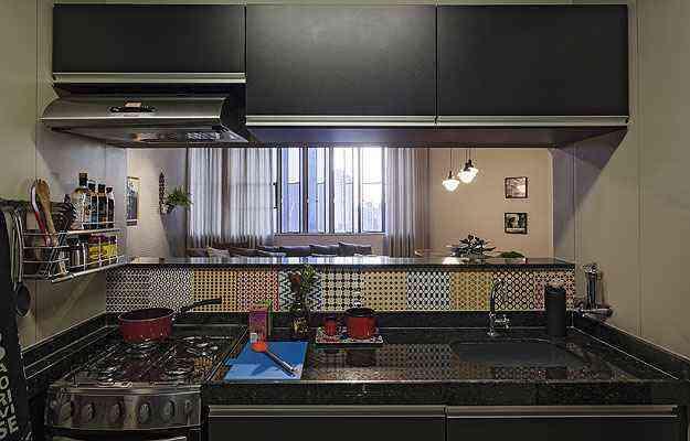 Na cozinha, os ladrilhos hidráulicos adesivos renovam a bancada, dispensando obra - Henrique Queiroga/Divulgação