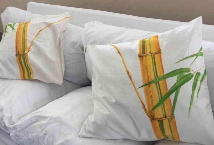 Almofadas da mesma cor do sofá, com desenhos com temas tropicais, deixam o espaço mais alegre - Guilda Catarina/Divulgação