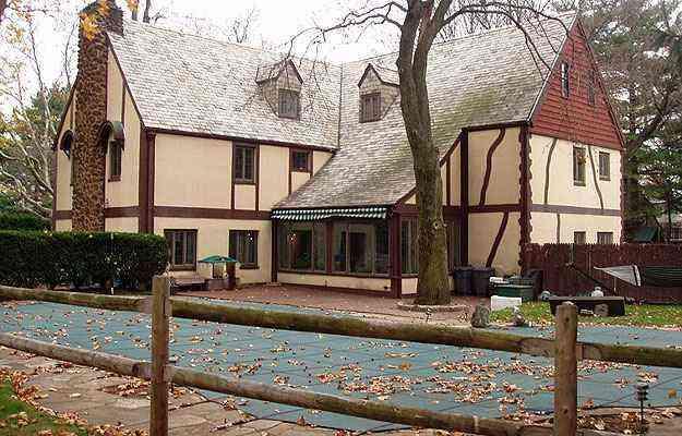 A casa foi construída em 1930 e foi usada em 1972 no cenário de 'Poderoso Chefão' - Connie Profaci/Splash News/Reprodução