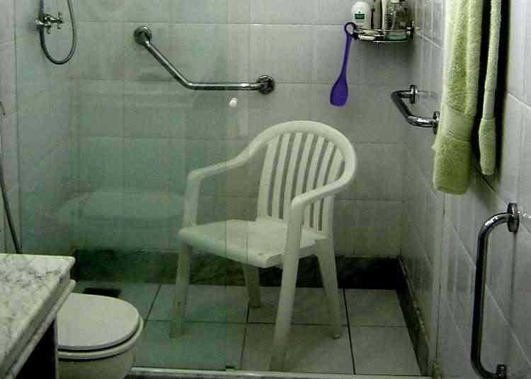 Instalar barra lateral no box do chuveiro, na escada e no corredor ajuda a evitar quedas - Cybele Barros/Casa Segura