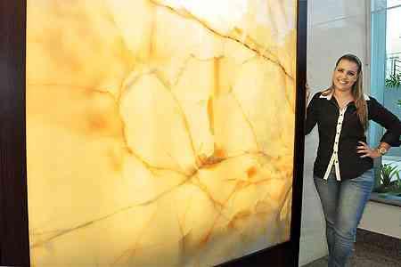 Uso do ônix tem ganhado espaço nas decorações de luxo devido à propriedade translúcida da peça, segundo a arquiteta Giselle Madeira - Eduardo de Almeida/RA Studio