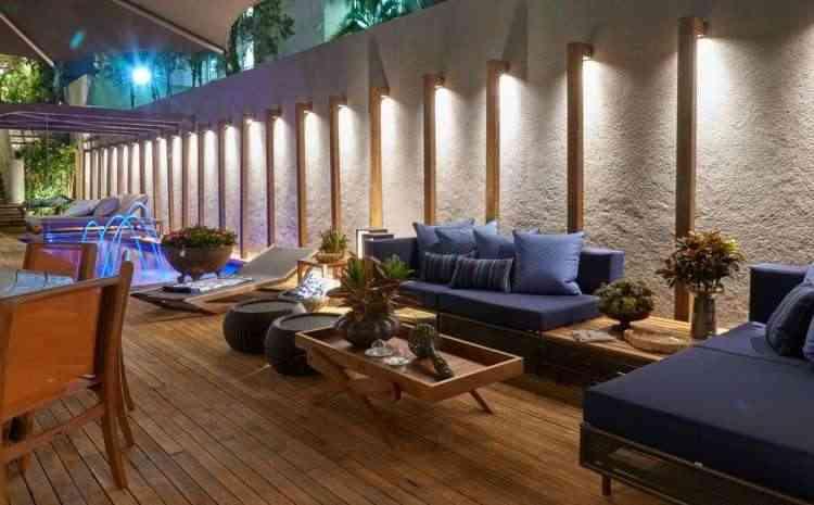 A arquiteta e designer de ambientes Gislene Lopes apostou em mobiliários de madeira e fibras sintéticas e nos tons azulados - Jomar Bragança/Divulgação