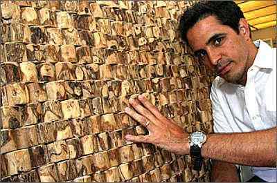 O arquiteto Sérgio Viana mostra decoração feita com troncos de pés de café: tecnologia tem aprimorado uso de matéria-prima nacional - Gladyston Rodrigues/Esp.EM/D.A.Press