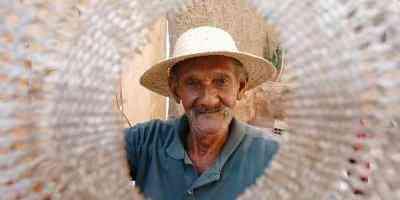 O empalhador Jose Raimundo dos Santos, de 76 anos, que trabalha desde pequeno aprendeu com os pais a restaurar cadeiras de palhas, e hoje trabalha na garagem de sua casa - Marcos Michelin/EM/D.A Pres