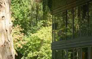 Arquiteto cria casa pré-fabricada que produz 50% mais energia do que consome