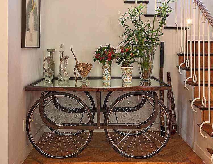 Conformação original da escada abriga mesa-bicicleta - Henrique Queiroga/Divulgação