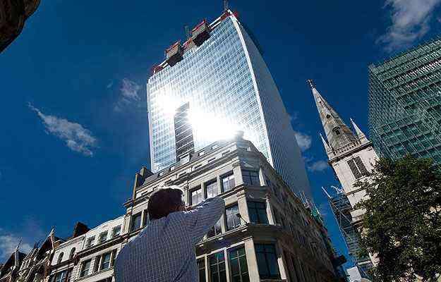 A forma côncava aumenta o impacto da luz solar refletida pelo prédio - AFP PHOTO/Leon Neal