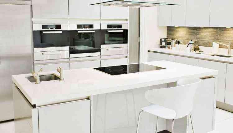 O leiaute moderno quebra o minimalismo de um ambiente monocromático e confere um toque contemporâneo para o espaço da casa mais disputado atualmente. O uso de eletrodomésticos e adornos com pontos de cor também valoriza a composição da cozinha - Arquivo Pessoal