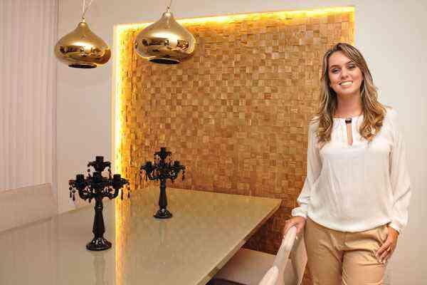 A designer de interiores Ívia Maia defende o reaproveitamento de restos de madeira (detalhe) para montar painéis decorativos - Eduardo de Almeida/RA Studio