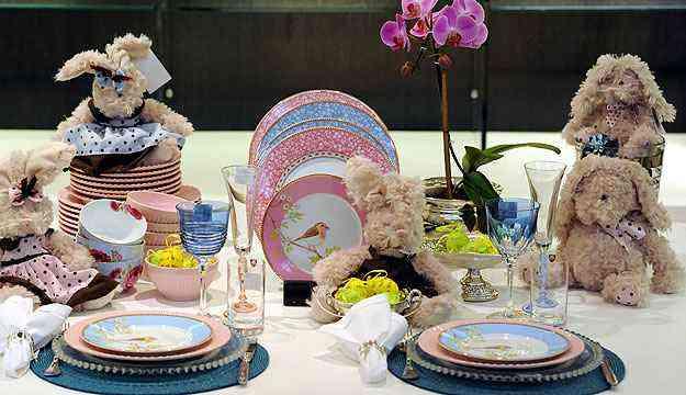 Na Domi, decoração da mesa envolve louça estampada com pássaros - Leandro Couri/EM/D.A Press