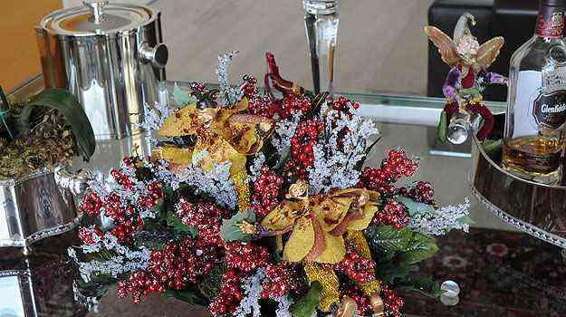 No carrinho de bar, arranjo mistura flores, cerejas, fadas e duendes - Gladyston Rodrigues/EM/D.A Press