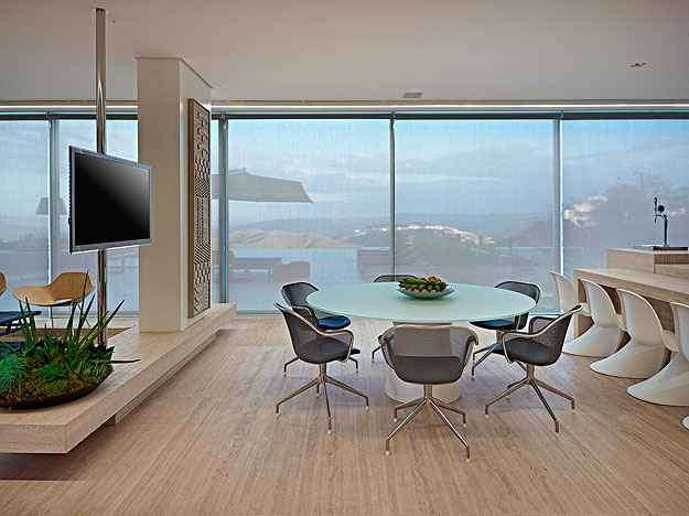 Estar: Também ampla, a sala de estar mixa vários tipos de mobília - Jomar Bragança/Divulgação