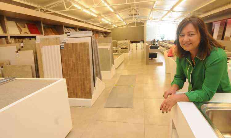 Lu Mendes, sócia da Ideale Acabamentos, preferiu instalar o piso sobre o já existente para economizar tempo - Jair Amaral/EM/D.A Press