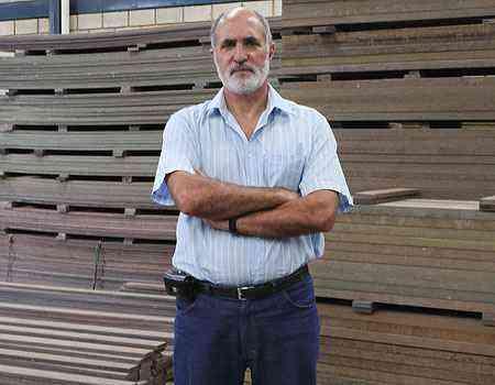 Diretor da Ecoblock, Victor Mascarenhas destaca que a madeira biosintética pode ser usada em decks de piscinas, bancos, andaimes e até na decoração da casa - Edésio Ferreira/EM/D.A PRESS