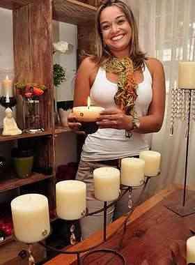 A designer de interiores Helmara Licio diz que é possível fazer velas de todas as cores,  padrões e aromas - Eduardo de Almeida/RA Studio