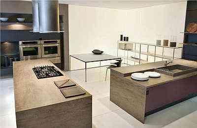 Cor pigmentada em tom marrom que remete à superfície de uma pedra é uma das apostas para as cozinhas modernas e aconchegantes - Kitchens/Divulgação