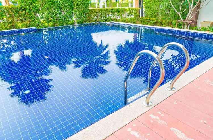 Qual é a melhor piscina - Freepik