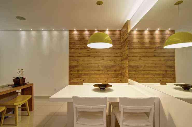 A iluminação é fator preponderante na hora de planejar a sala de refeições. As luzes podem influenciar no ambiente e ajudar a acolher as pessoas que estão em volta da mesa - Jomar Bragança/Divulgação