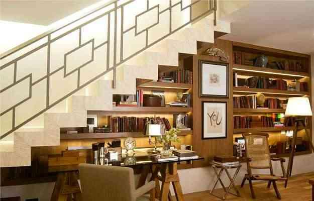 Vãos embaixo de escadas podem abrigar ambientes agradáveis e muito funcionais, como nesta proposta de Paola Ribeiro - Divulgação