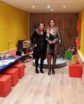 Cacilda Menezes e Raquel Lamac, na Briquedoteca, na Morar Mais: azul, amarelo, laranja e verde se destacam - Arquivo Pessoal