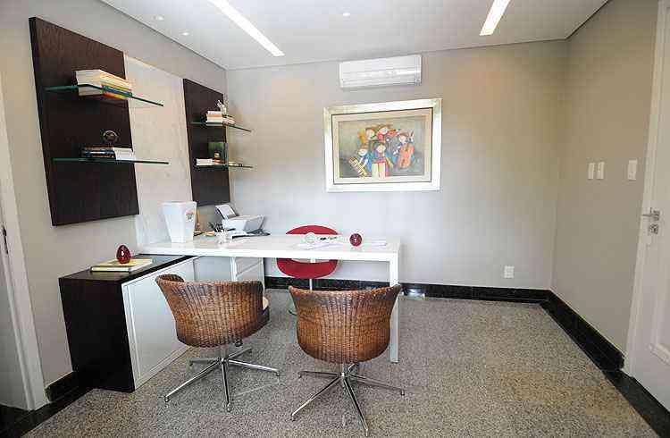 Home office: planejado para abrigar a rotina da administradora, o cômodo é clean e funcional - Leandro Couri/EM/D.A Press