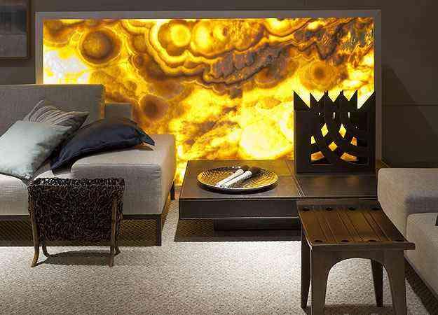 Para garantir um requinte extra ao ambiente, a arquiteta Estela Netto especificou uma bela mesa revestida de couro - Daniel Mansur/Divulgação