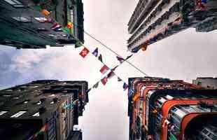 Série de imagens captura arranha-céus por baixo e cria novas perspectivas ao olhar. Altos edifícios de Hong Kong são vistos em formas geométricas na beleza de um horizonte vertical