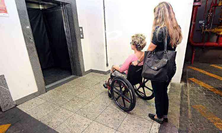 Piso do elevador em shopping foi adaptado e ganhou rampa para atender pessoas com mobilidade reduzida - Beto Novaes/EM/D.A Press 28/1/14