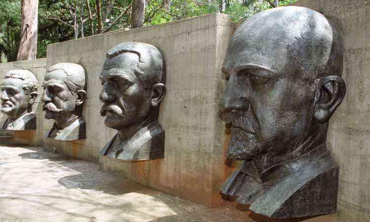 Busto de Aarão Reis (à dir.) na Praça dos Fundadores, no Parque Municipal de Belo Horizonte - Maria Tereza Correa/EM/D.A Press