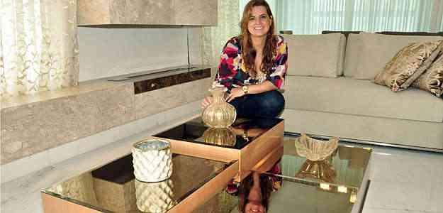 A arquiteta Flávia Soares mostra modelo de mesa modulada que ajuda a guardar objetos e pode ser usada de várias maneiras - Eduardo Almeida/RA Studio