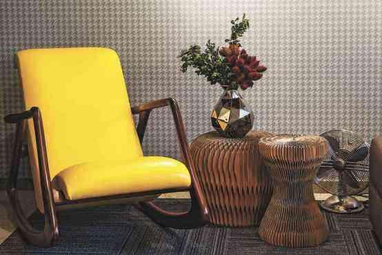 Peças como a poltrona estilo 1950 e o ventilador com design antigo compõe a decoração - Henrique Queiroga/Divulgação