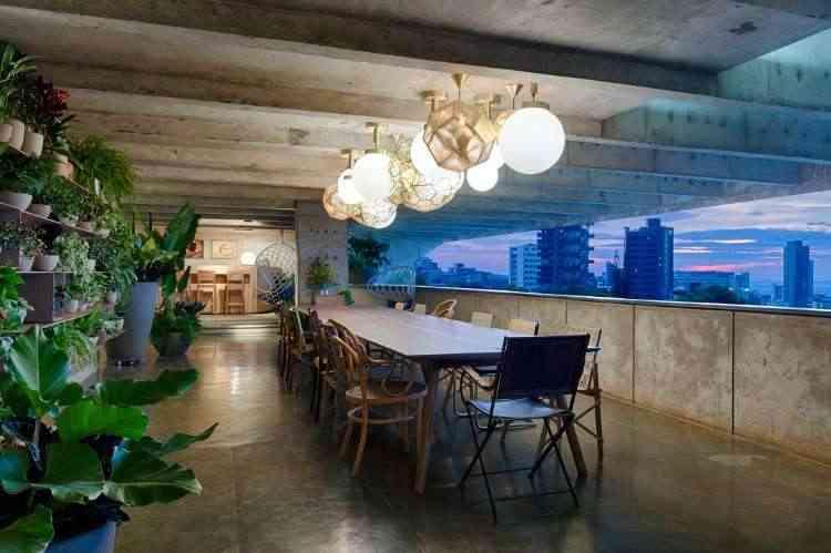 Márcia Carvalhaes - Homenagem à amiga Leda Gontijo com a varanda gourmet intimista, que teve como inspiração a vista de Belo Horizonte e a arquitetura brutalista da casa - Gustavo Xavier/Divulgação