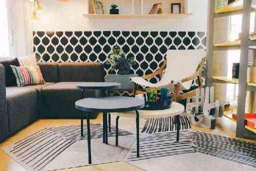 O papel de parede com tema geométrico garante o toque de modernidade e, ao mesmo tempo, clássico com as cores preto e branco - Oppa/Divulgação
