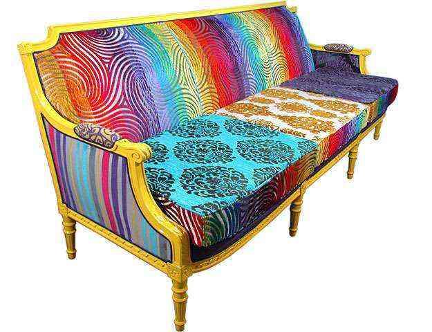 A proposta do ateliê Bem Dito Canto é fugir da mesmice utilizando cores vivas e alegres no sofá - Andressa Bonn/Divulgação
