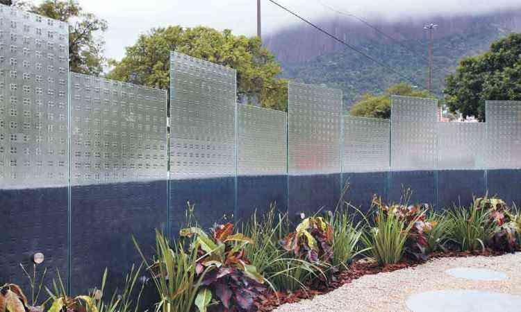 Na área externa, a leveza do vidro compõe com a natureza destacando-se como elemento decorativo - Ideia Glass/Divulgação