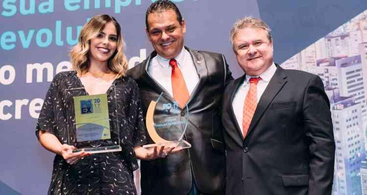 Isabela Carvalho Araújo e Vinícius Araújo, da imobiliária Prolar Netimóveis, receberam a certificação Master de Reinaldo Branco, da RB Imóveis - Juliano Arantes/Divulgação