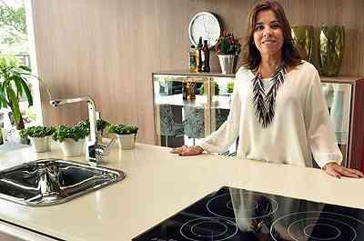 A professora de design Rosângela Brandão diz que fogões de embutir demandam uma cozinha planejada para serem instalados  - Eduardo de Almeida/RA Studio