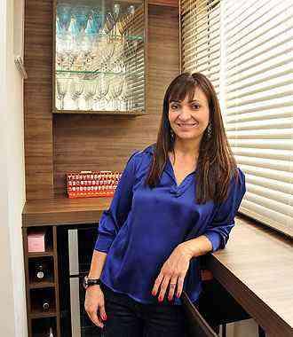 A decoradora Dênia Diniz recomenda persianas por serem práticas - Eduardo de Almeida/RA studio