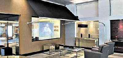 Uma das mais interessantes novidades está presente nesta sala. O telão dupla face aplicado sobre vidro temperado permite a projeção de imagens e confere um ar moderno ao ambiente - Clausem Bonifácio/Divulgação