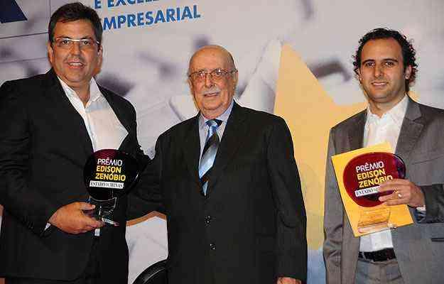 Alexandre Gribel, da Morus Imóveis, e Rodrigo Fortini, da Agência Sigla, receberam o troféu das mãos de Edison Zenóbio - Marcos Vieira/EM/D.A Press