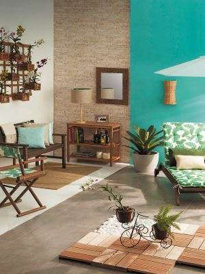 Tons de verde para áreas externas ou varandas combinam com peças em madeira - Leroy Merlin/Divulgação