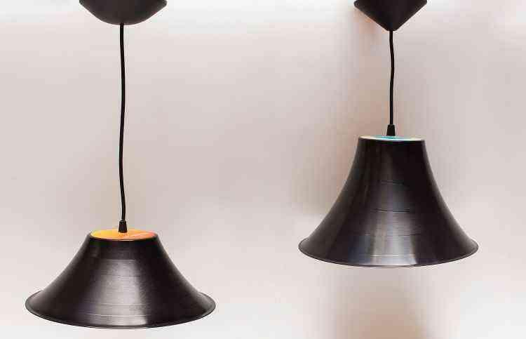 Pendente feito com vinil reaproveitado, da Oca Criativa, é tendência na decoração - Alexandre Nunes/Divulgação
