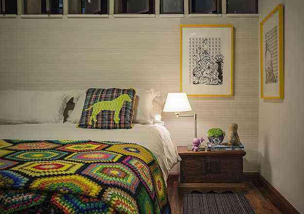 No quarto, pontos de cor, peça de família, papel de parede e objetos de arte e design  - Henrique Queiroga/Divulgação