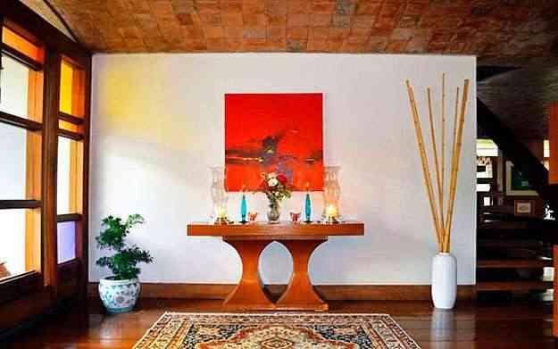 Ambiente com velas e castiçais criado pela arquiteta Ana Barata: paz e harmonia em um cantinho da casa  - Reprodução/Correio Web